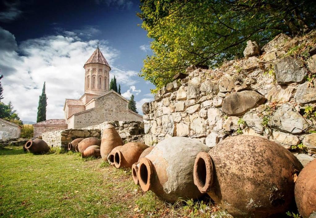 کوزه ها و خمره های قدیمی شراب در گرجستان